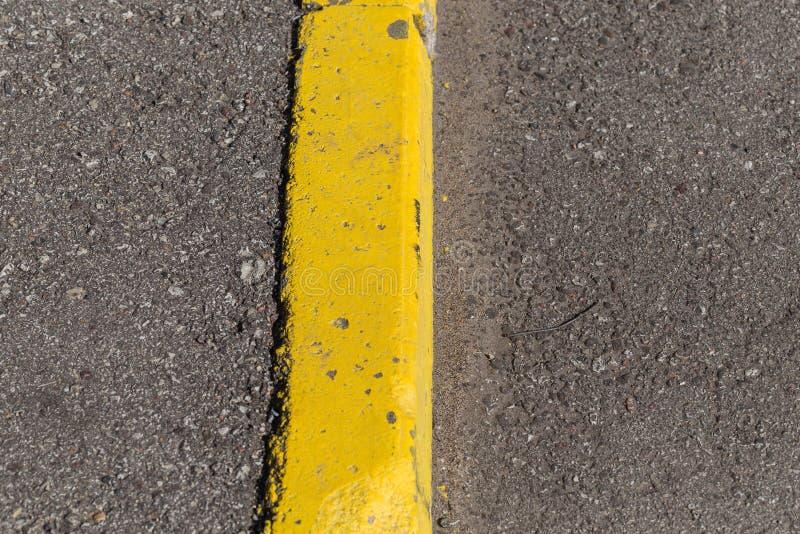 De gele grens van de randsteen stock afbeeldingen