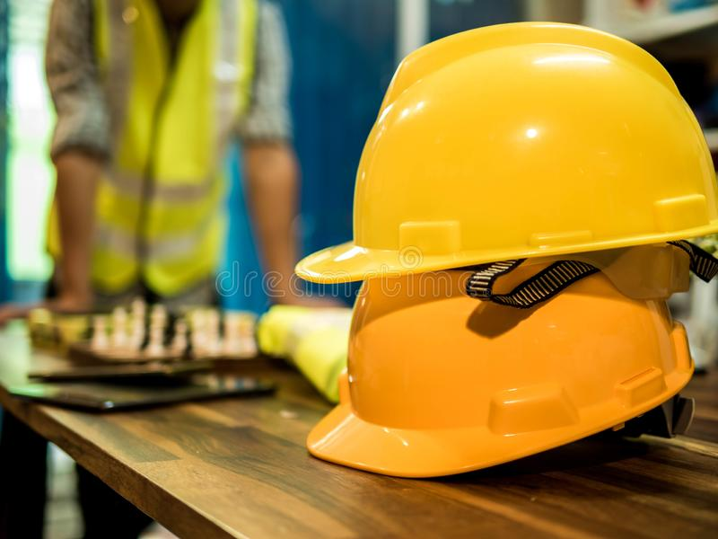 De gele harde hoed van de veiligheidshelm voor veiligheidsproject van werkman als ingenieur of arbeider, in het bureau, veilighei stock afbeelding