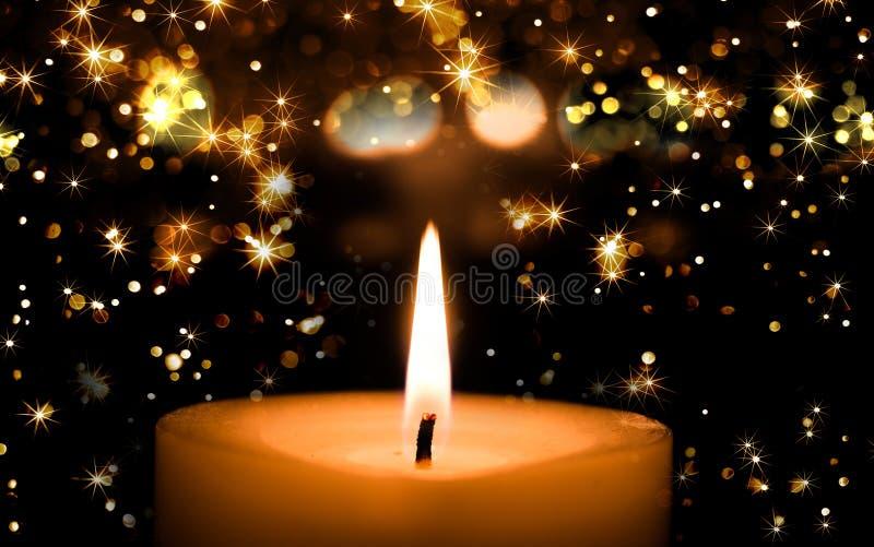 De gele kaarsen die branden met schitteren ster en bokeh licht in stock foto's