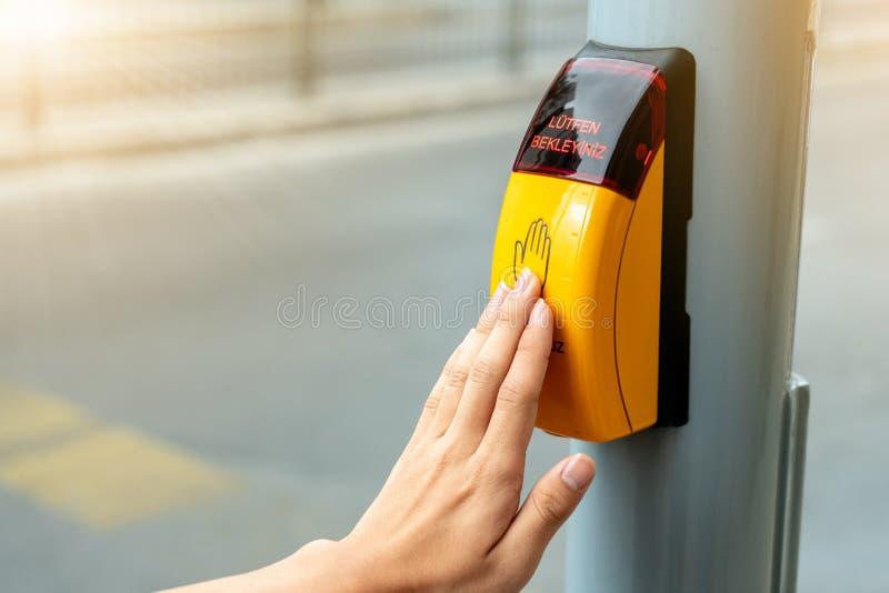 De gele knoop van het metaalzebrapad voor voetgangersoversteekplaatssignaal voor verkeersregels in Europa Sluit omhoog van het ge stock foto's