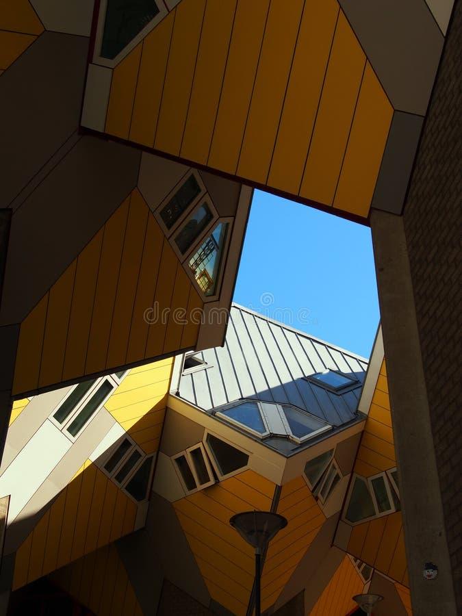 De gele kubushuizen in Rotterdam Nederland stock foto's
