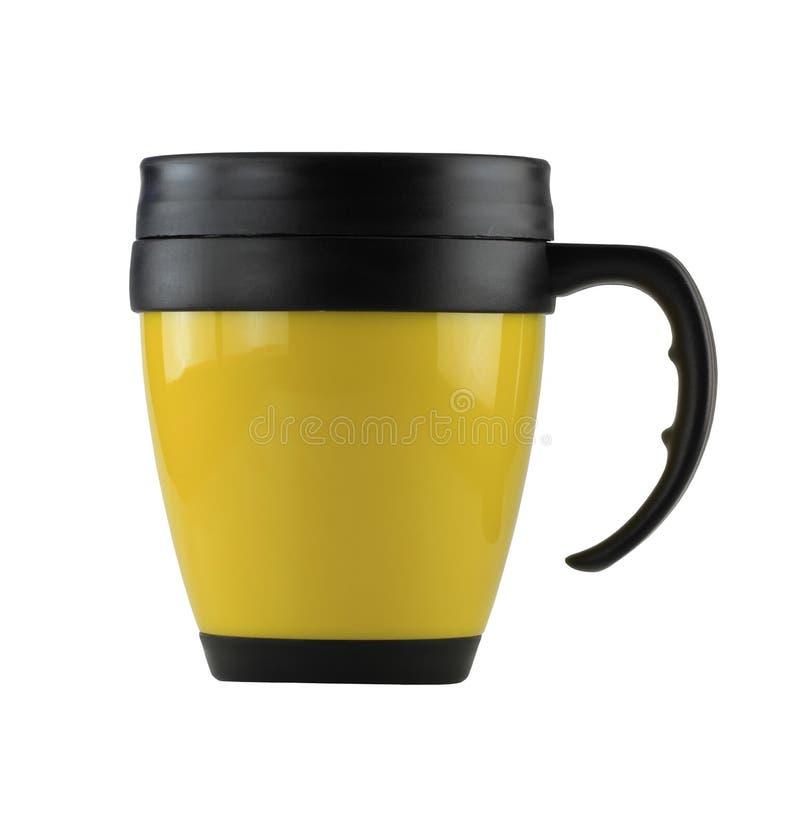 De gele Mok plastiek en heeft zwart die handvat op witte bedelaars wordt geïsoleerd stock foto's