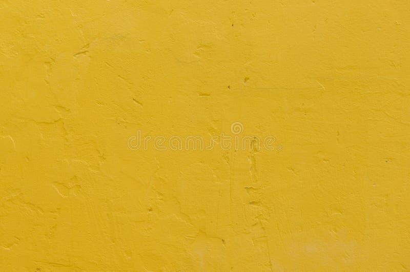 de gele muur van het grungecement stock foto