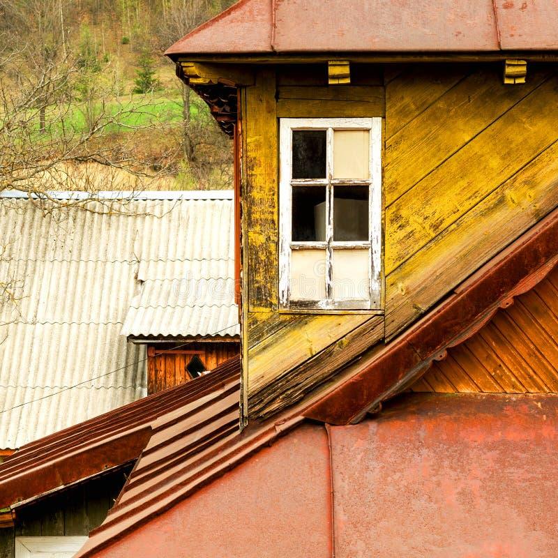 De gele ouderwetse houten bouw met wit venster en met royalty-vrije stock foto
