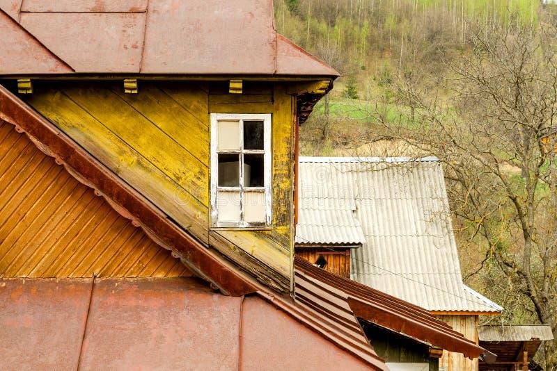 De gele ouderwetse houten bouw met wit venster en met royalty-vrije stock fotografie