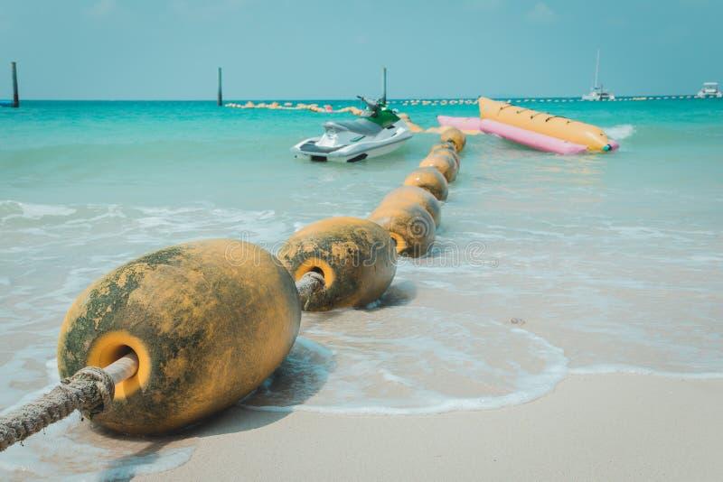 De gele overzeese boeien die op het overzees drijven bepalen voor het in zones onderver*delen van het veilige zwemmen en Jet Sk stock foto