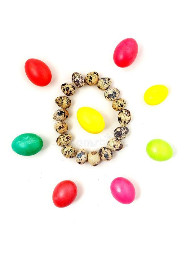 De gele, rode, groene, blauwe eieren en de kwartelseieren stelden in een cirkel en stralen samen rond het Viering van Pasen-conce royalty-vrije stock foto's