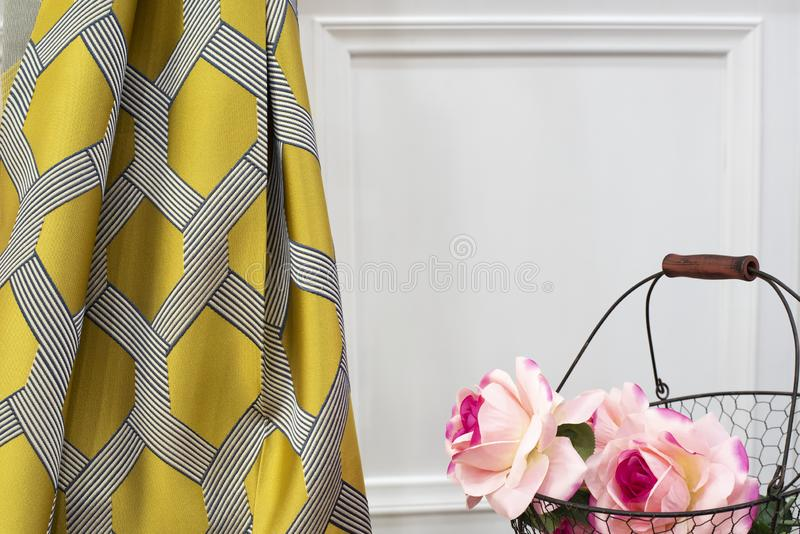 De gele steekproef van de gordijnstof Gordijnen, de stoffering van Tulle en van het meubilair stock foto