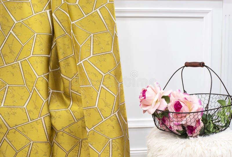 De gele steekproef van de gordijnstof Gordijnen, de stoffering van Tulle en van het meubilair stock fotografie