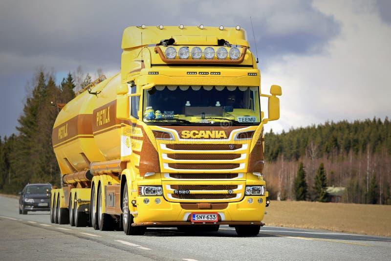 De gele Tankwagen van Scania R520 op de Weg royalty-vrije stock foto
