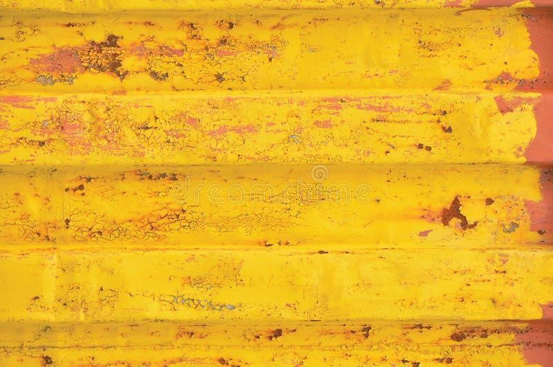 De gele van de overzeese achtergrond vrachtcontainer, roestig golfpatroon, rode inleidingsdeklaag, horizontale geroeste gedetaill royalty-vrije stock foto's