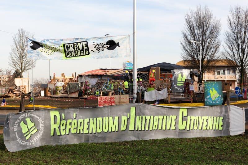 De gele vesten protesteren in Frankrijk bij een ronde cirkel en het vragen om de referenda van het burgersinitiatief genoemd RIC  stock foto's