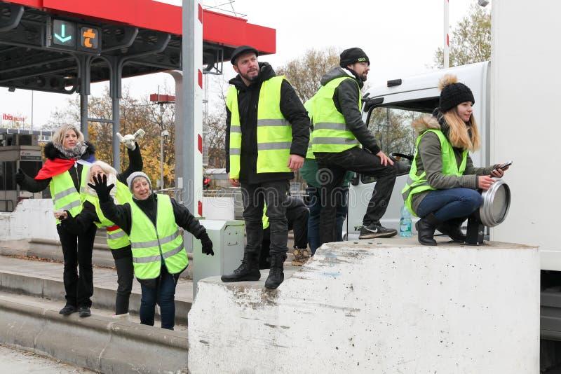 De gele vesten protesteren tegen hogere brandstofprijzen en blokkeren autosnelweg in de Engelse Beaujolais van Villefranche, Fran royalty-vrije stock afbeeldingen