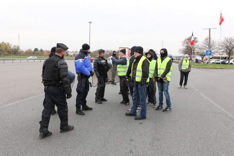 De gele vesten protesteren tegen hogere brandstofprijzen en blokkeren autosnelweg in de Engelse Beaujolais van Villefranche, Fran stock foto