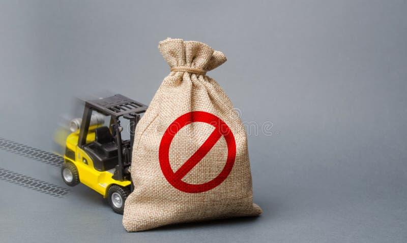 De gele vorkheftruck kan niet de zak met het symbool nr opheffen Economische druk en sancties handelsoorlogen, stagnatie stock fotografie