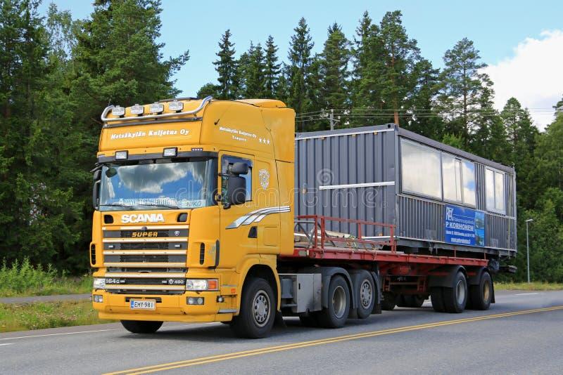 De gele Vrachtwagen van Scania 164G vervoert Draagbare Cabine royalty-vrije stock afbeeldingen