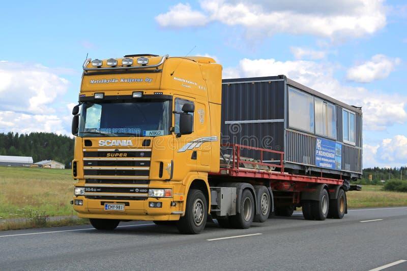 De gele Vrachtwagen van Scania 164G vervoert Draagbare Cabine royalty-vrije stock fotografie