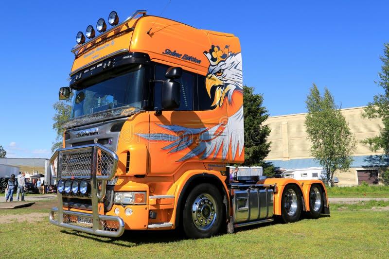 De gele Vrachtwagen van Scania V8 in een Show royalty-vrije stock afbeelding