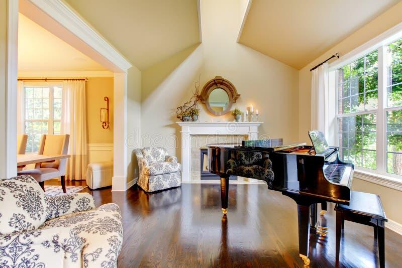 De gele woonkamer van de room met piano en open haard royalty-vrije stock fotografie