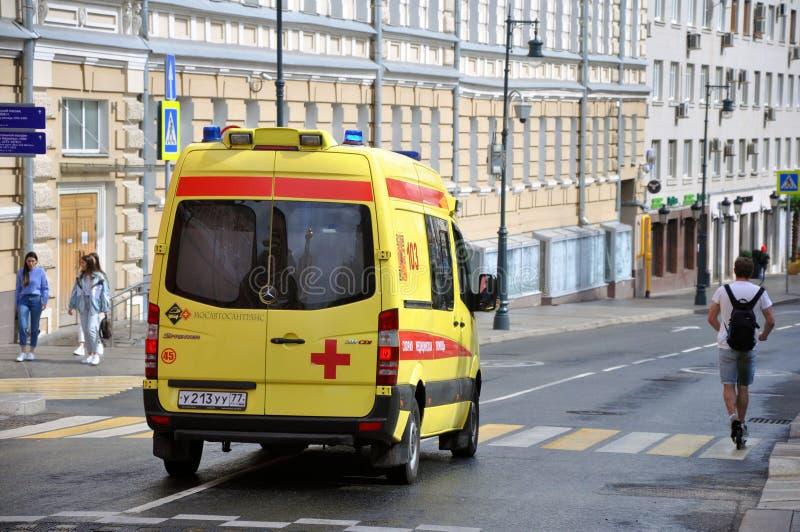De gele Ziekenwagen van de Staat beweegt zich snel om de patiënt te helpen stock foto