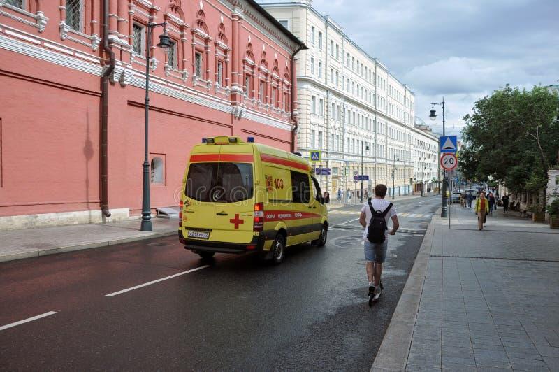 De gele Ziekenwagen van de Staat beweegt zich snel om de patiënt te helpen royalty-vrije stock fotografie