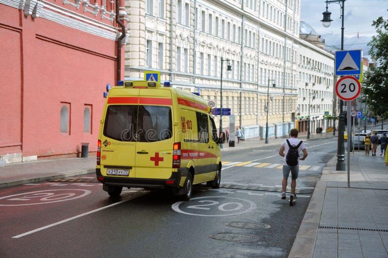 De gele Ziekenwagen van de Staat beweegt zich snel om de patiënt te helpen royalty-vrije stock foto's