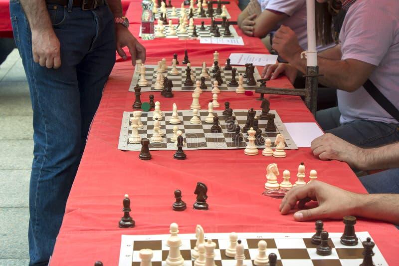 De gelijktijdige schaakconcurrentie op het stadsvierkant royalty-vrije stock afbeelding
