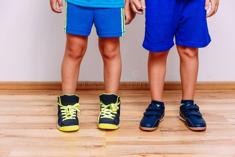 De gelooide voeten van kinderen in sportentennisschoenen royalty-vrije stock afbeelding