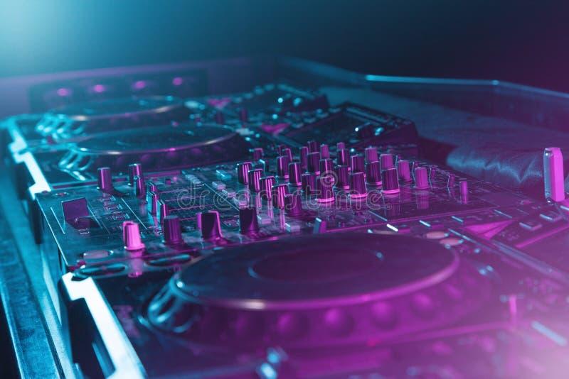 De geluidsinstallatie van DJ bij nachtclubs en muziekfestivallen, EDM, futur stock foto's
