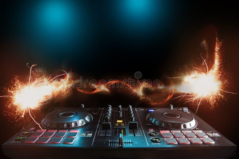 De geluidsinstallatie van DJ bij nachtclubs en muziekfestivallen, EDM, futur royalty-vrije stock afbeelding