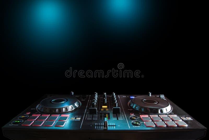 De geluidsinstallatie van DJ bij nachtclubs en muziekfestivallen, EDM, futur stock fotografie