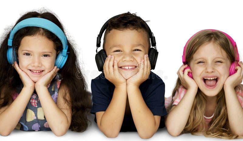 De gelukgroep leuke en aanbiddelijke kinderen bepaalt royalty-vrije stock foto's