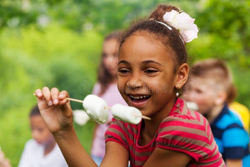 De gelukkige Afrikaanse stok van de meisjesholding met heemst royalty-vrije stock afbeelding