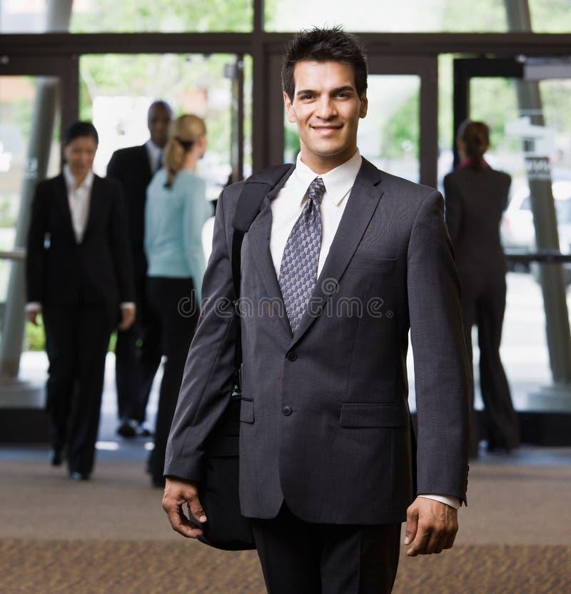 De gelukkige aktentas van de zakenmanholding stock fotografie