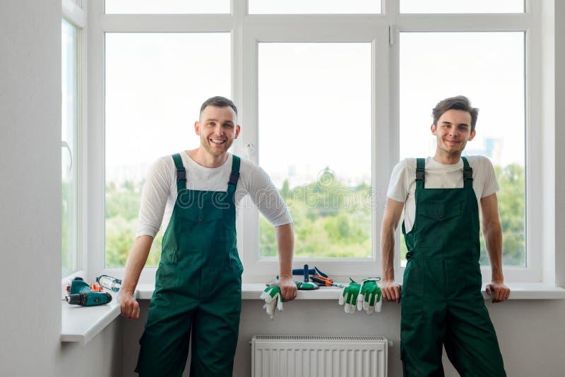 De gelukkige arbeiders rusten stock afbeelding