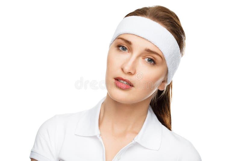 De gelukkige atletische vrouw van het close-upportret die op wit wordt geïsoleerd royalty-vrije stock afbeelding