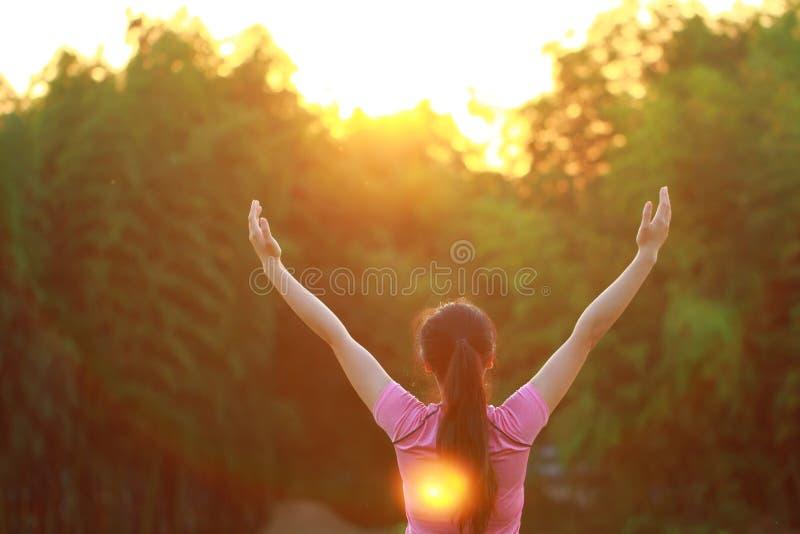 De gelukkige Aziatische Chinese vrouw omhelst aard en zon stock fotografie
