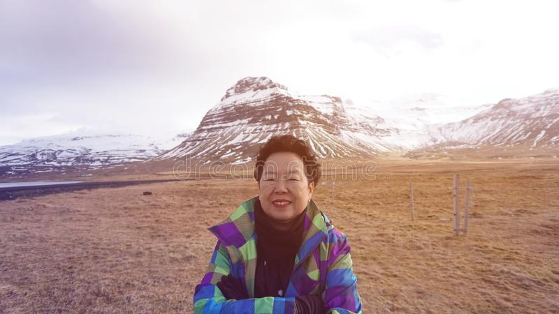 De gelukkige Aziatische hogere reis van de vrouwenpret in de foto van Europa met de gletsjer van IJsland royalty-vrije stock foto's