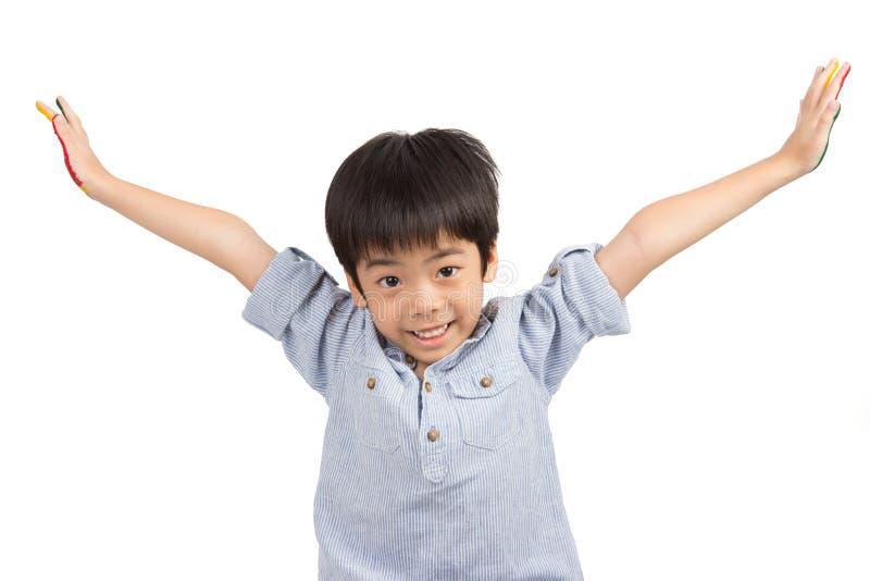 De gelukkige Aziatische leuke jongen breidt zijn wapens met het glimlachen uit royalty-vrije stock fotografie