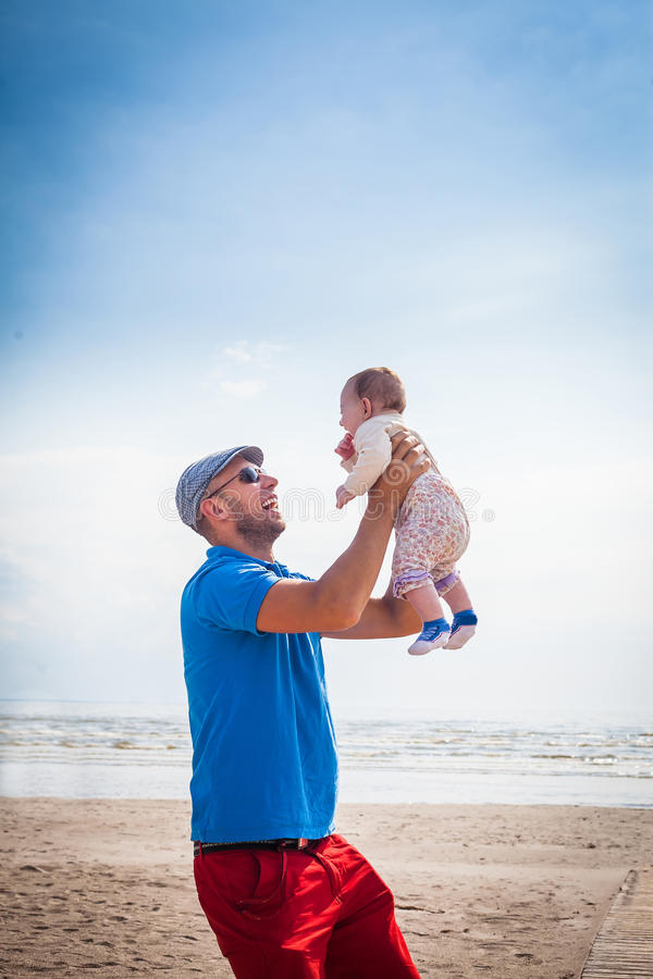 De gelukkige baby van de vaderholding stock foto's