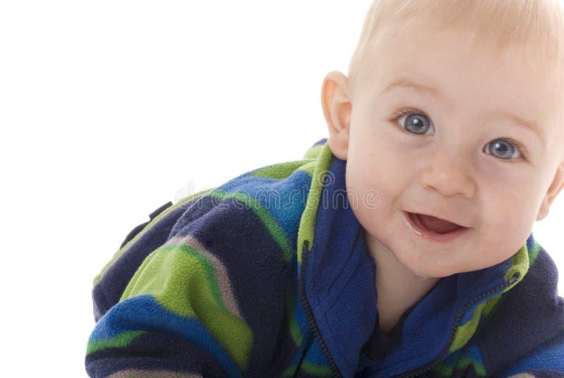 De gelukkige babyjongen kruipt naar camera royalty-vrije stock foto