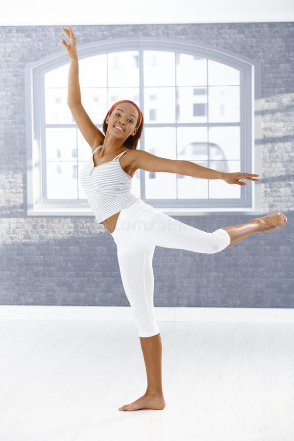 De gelukkige balletdanser stelt binnen royalty-vrije stock afbeelding