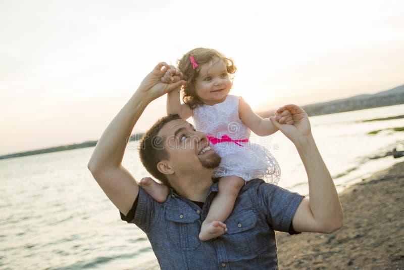 De gelukkige blije vader met is kind royalty-vrije stock afbeelding