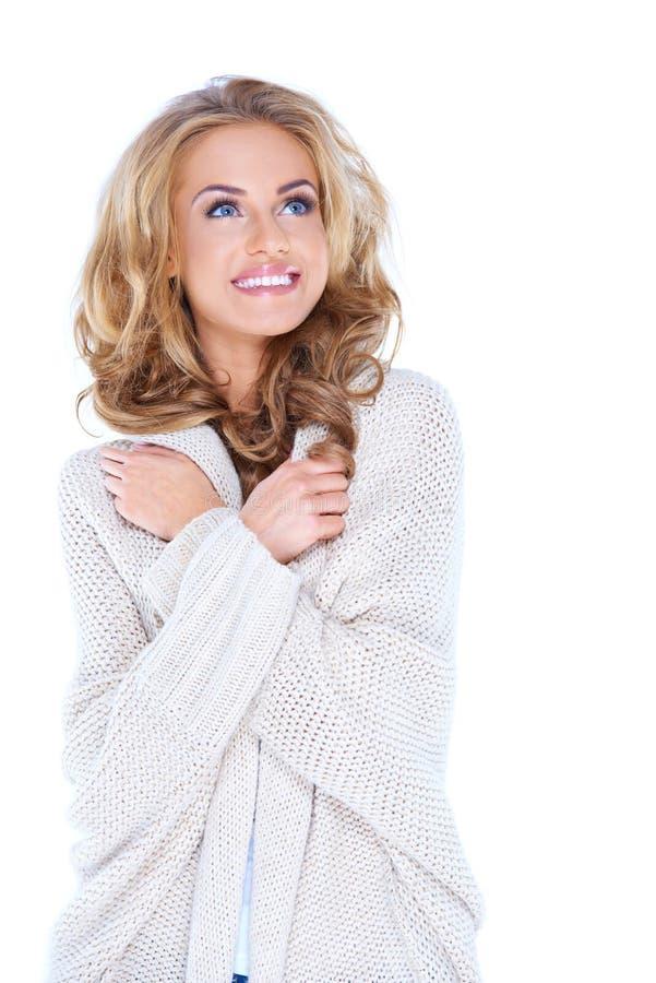De gelukkige Blonde Vrouw breit binnen Cardigan omhoog Kijkend stock afbeeldingen