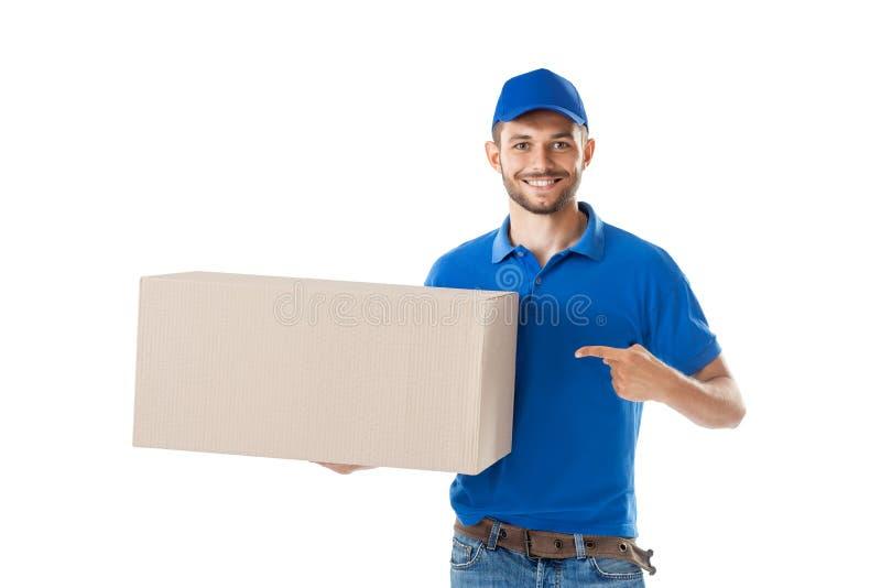 De gelukkige brievenbesteller toont op grote die doos op witte achtergrond wordt geïsoleerd royalty-vrije stock afbeelding