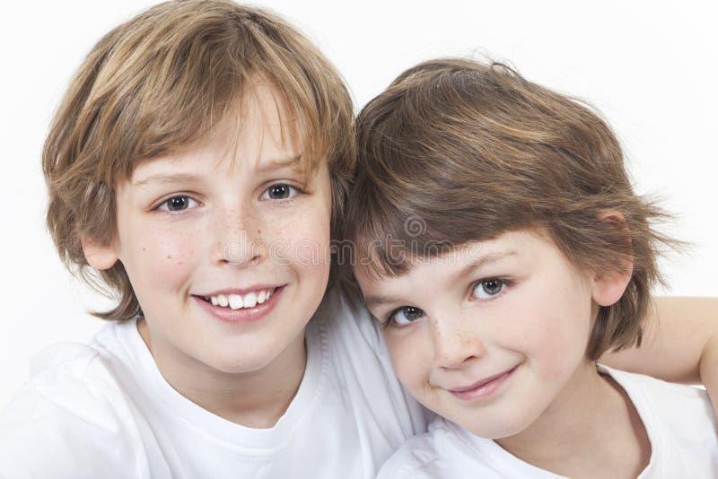 De gelukkige Broers die van Jongenskinderen samen glimlachen royalty-vrije stock foto