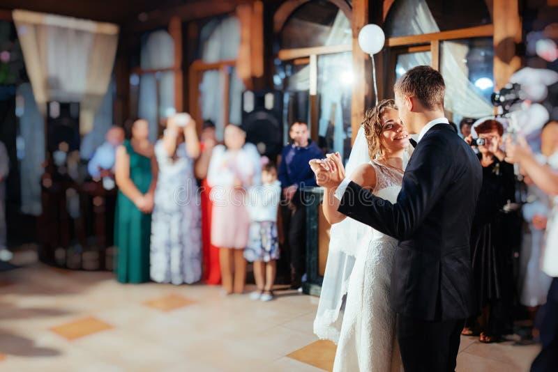 De gelukkige bruid en verzorgt een hun eerste dans, huwelijk stock afbeeldingen
