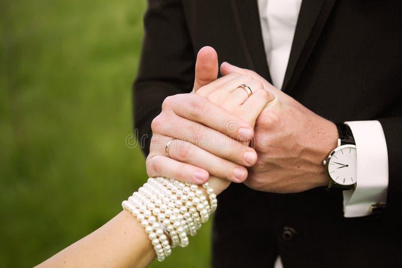 De gelukkige bruiden houden handen royalty-vrije stock fotografie