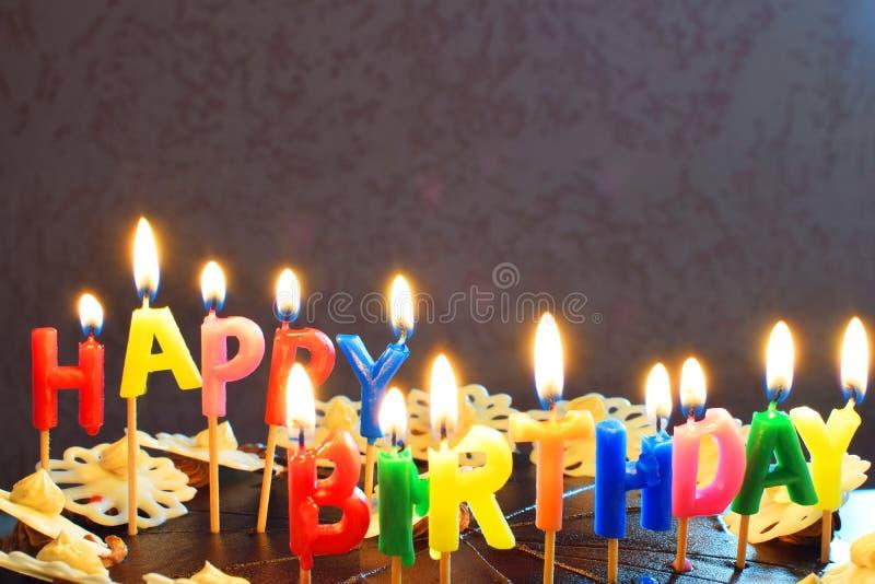 De gelukkige Cake van de Verjaardag met het Branden van Kaarsen stock afbeeldingen