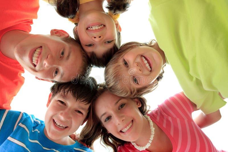 De gelukkige cirkel van de kinderenfamilie royalty-vrije stock foto's